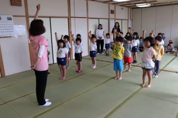一木さんの指導で「しぎの様」を練習する一真持田と町立わかば保育園の園児ら
