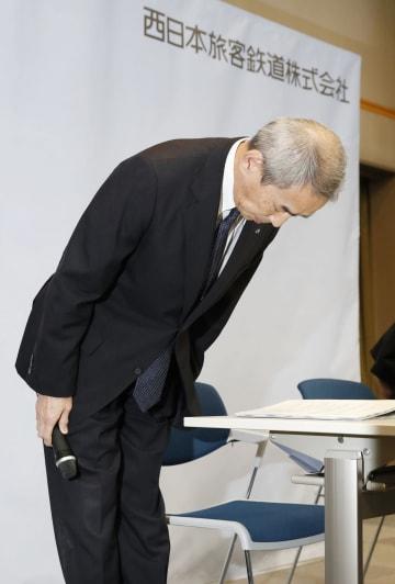 山陽新幹線のぞみ176号の人身事故で記者会見し、陳謝するJR西日本の平野賀久副社長=15日午後、大阪市