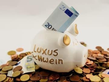 皆さんから寄せられた家計の悩みにお答えする「マネープランクリニック」。今回の相談者は、クレジットの返済に困り、100万円をキャッシングした結果、貯蓄もできず、焦りを感じたという40歳の主婦・会社員の方。今後、早めに借入を返済すべきか、それとも貯蓄にシフトしていくべきか悩んでいるとのこと