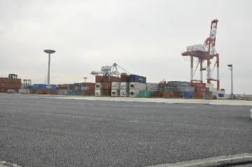 整備に向けて工事が進む八戸港コンテナヤードの拡張地=8日、同港八太郎2号埠頭