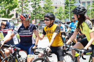 自転車ロードレース「NTN presents 2018 ツアー・オブ・ジャパン」東京ステージ、パレード走行直前の野島裕史(中央)