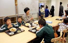 食事会で仲良くカレーを食べる子どもたち