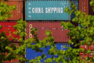 ボストンのターミナルに積まれた貨物コンテナ=5月(ロイター=共同)