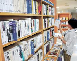 哲学や社会科学の翻訳書などが並ぶ白水社専用書棚