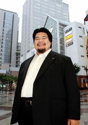 背広姿で営業先を回る大相撲元十両の住洋樹さん=神戸市中央区