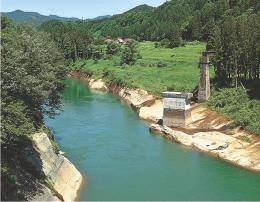 豪雨による増水で流され、橋脚が残る第7只見川橋りょう=15日、福島県金山町大塩