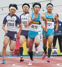 男子400メートルリレー決勝 宮城・柴田の3走吉田(右端)からアンカー佐藤遼にバトンが渡る