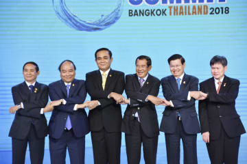 16日、バンコクで開催された経済協力戦略会議に参加した加盟国首脳ら(共同)