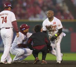 東北楽天―阪神 2回東北楽天2死一塁、二塁への走塁の際に負傷し、顔をゆがめる一走ウィーラー=楽天生命パーク宮城