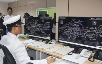 日本の支援でミャンマーに導入された新たな鉄道監視システム=16日、ヤンゴン(共同)