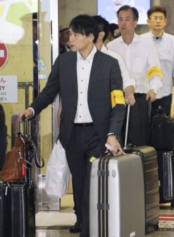 那覇空港に到着した運輸安全委員会の航空事故調査官=16日午後