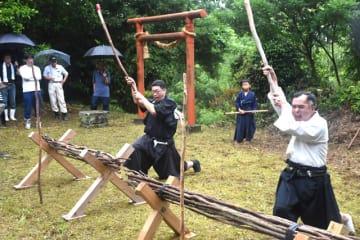 気合の声を上げながら演武を披露する野太刀自顕流兵法会のメンバーら