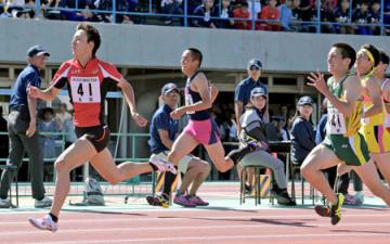 男子200メートルで優勝した草津東の沢(左)=皇子山陸上競技場 撮影・松村和彦