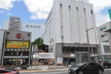 一部先行して建物解体が始まった新市民会館建設予定地=水戸市泉町