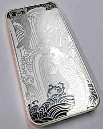 ウェールズ国立博物館に出展されているスマートフォンケース。高度な金属加工技術が光る=尼崎市東塚口町2(撮影・後藤亮平)