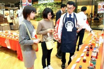 多彩なみそ、しょうゆが並んだ「新潟みそ・しょうゆ醸造まつり」=16日、新潟市中央区