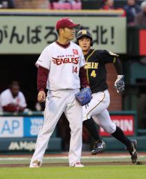9回阪神1死二塁、中谷に同点の適時二塁打を許す先発の則本。後方は生還する二走熊谷=楽天生命パーク宮城