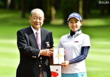 相性が良くないと語っていたコースで、ベストスコア賞を獲得した永井花奈(撮影:上山敬太)