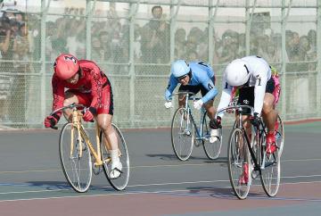 決勝でゴールする1着の三谷竜生(3)、2着の脇本雄太(1)=岸和田競輪場