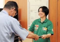 地道秀明署長(左)から感謝状を受ける藤田千智さん=西脇署
