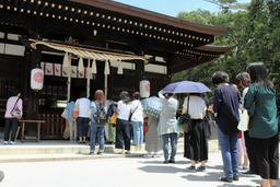 羽生選手のお礼参りに詰めかけるファン=17日午前、神戸市東灘区御影郡家2、弓弦羽神社