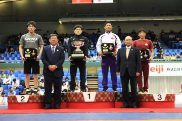個人賞受賞選手。左から乙黒拓斗、明治杯の高橋侑希、下山田培、須崎優衣