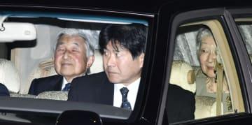 東宮御所のある、赤坂御用地を出られる天皇、皇后両陛下=17日夜、東京・元赤坂