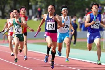 男子1600メートルリレー決勝 3人を抜き、優勝に貢献した洛南のアンカー野口(中央)=皇子山陸上競技場