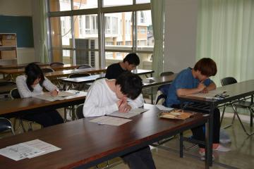 ニュース時事能力検定試験に挑戦する受験者たち=水戸市見川町