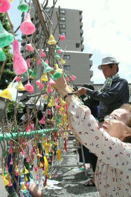 長浜さまを前におみか餅作り。約90人が参加し、3色の餅をバランス良く飾り付けた=17日、大分市の長浜神社