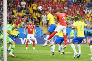 ブラジル戦の後半、ヘディングで同点ゴールを決めるスイスのツーベル(右から2人目)=17日、ロストフナドヌー(共同)