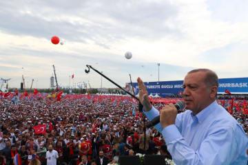 トルコ与党、公正発展党の大規模選挙集会で演説するエルドアン大統領=17日、イスタンブール(ゲッティ=共同)