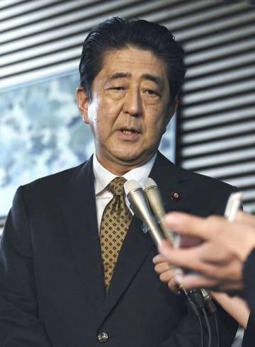 大阪府北部で震度6弱を観測した地震について、取材に応じる安倍首相=18日午前、首相官邸