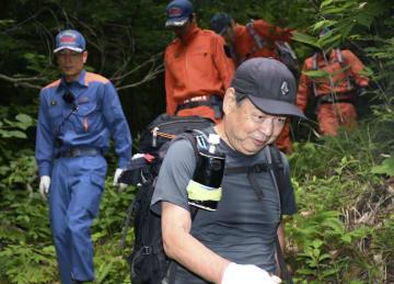 自力で下山する男性(手前)=18日午前6時ごろ、新潟県阿賀町