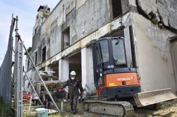 解体工事が始まった岩手県大槌町の旧役場庁舎=18日午前