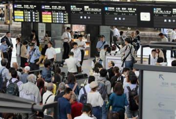 地震の影響で近畿一円のダイヤが乱れ混雑するJR京都駅(18日午前9時24分、京都市下京区)