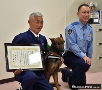 佐藤署長(右)から感謝状を授与された小山田さんとジョン2号