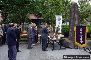「招魂之碑」に向かって焼香し手を合わせる斗南會津会の会員ら