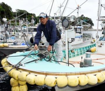 東日本大震災で沖出しした漁船を係留する小坪智幸さん。ルール策定に当たり、情報伝達手段確保の重要性を指摘する=大船渡市三陸町吉浜