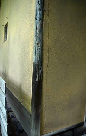 外壁に縦の亀裂が確認された国宝の茶室「待庵」(18日午前11時、京都府大山崎町)