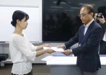 福島県の担当者(右)に要請書を提出する市民団体のメンバー=18日、福島県庁