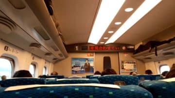 停車した新幹線の車内(滋賀県野洲市)