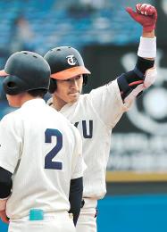 東北福祉大-国際武道大 2回裏東北福祉大2死一、二塁、勝ち越しの適時打を放ちガッツポーズをする吉田