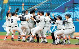 国際武道大を破って14年ぶり3度目の優勝を決め、マウンドに集まる東北福祉大ナイン