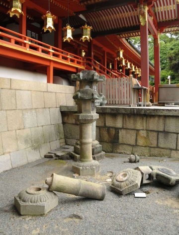 京都府八幡市の石清水八幡宮で損壊した石灯籠=18日