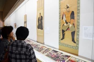 西郷隆盛を描いた錦絵などを鑑賞する来館者=霧島市福山の松下美術館