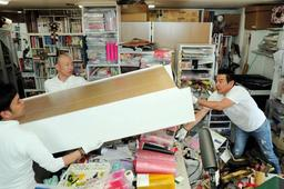 家具などが散乱する部屋を片付けるボランティア=18日午後、大阪府守口市(撮影・大山伸一郎)