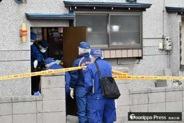 実況見分のため、被害者宅へ入る捜査員ら=14日午前9時35分、青森市旭町1丁目