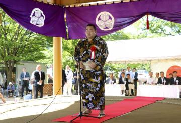 「あいづ相撲場」の土俵開きで、あいさつする横綱鶴竜関=19日午前、福島県会津若松市
