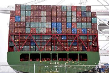 米カリフォルニア州ロングビーチ港に停泊する中国・上海からのコンテナ船=4月(ロイター=共同)